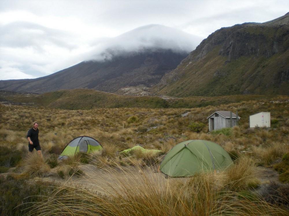 палатка. вулкан Тонгариро трек.