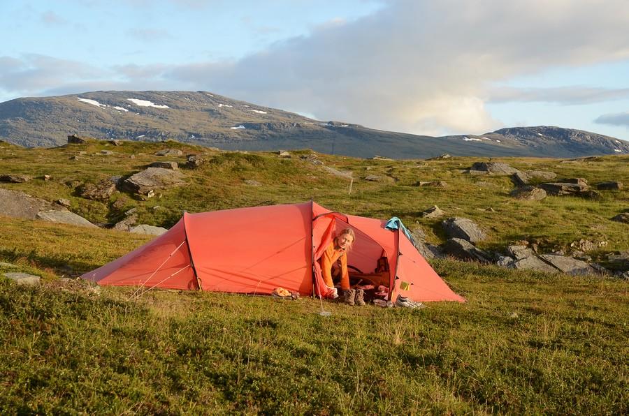 Оля в палатке